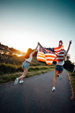 Фотография Рассветы и закаты Америка Тропа Вдвоем Блондинка Шортах Флаг Бегущий Девушки