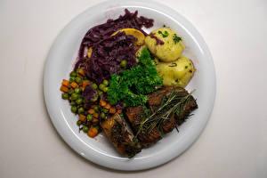 Фото Вторые блюда Картофель Мясные продукты Овощи Серый фон Тарелка Продукты питания