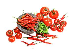 Фотография Помидоры Острый перец чили Белым фоном Продукты питания