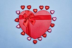Обои День святого Валентина Конфеты Цветной фон Подарки Бантики Сердечко Еда