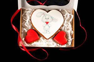 Картинки День святого Валентина Печенье Кролики На черном фоне Дизайн Лента Еда