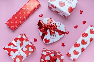 Картинка День святого Валентина Розовый фон Подарки Бантик Сердечко