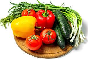 Обои Овощи Перец овощной Томаты Огурцы Зелёный лук Белый фон Разделочной доске Продукты питания
