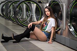 Картинки Модель Сидит Ноги Шорты Футболке Сапоги Смотрят Alexis Contreras, laundry Девушки