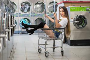 Фотография Фотомодель Корзинка Сидя Ноги Сапог Шортах Футболке Смотрят Alexis Contreras, laundry Девушки