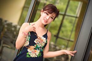 Картинки Азиаты Размытый фон Шатенки Взгляд Улыбка Руки молодые женщины