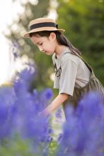 Фотография Азиатки Размытый фон Шляпа Сбоку Девочки ребёнок