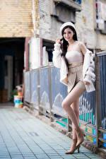 Обои Азиатки Боке Поза Ноги Юбки Майки Берет Улыбка молодая женщина