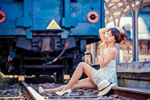 Картинки Азиаты Боке Сидящие Платья Ног Рельсы Шляпе Позирует Девушки