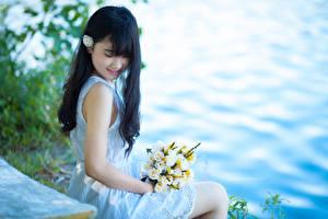 Фотография Азиаты Букет Брюнетка Улыбается Сидящие Платья Руки Девушки