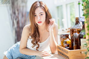 Обои Азиатки Шатенки Смотрит Рука Бутылка Боке Девушки