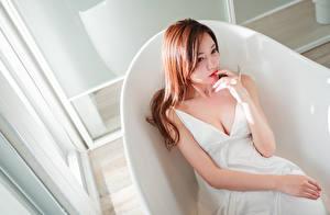 Фото Азиатки Шатенка Сидит Руки Платье Вырез на платье