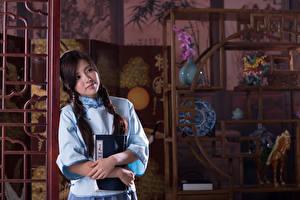 Фотографии Азиаты Брюнетки Коса Рука Книги Размытый фон девушка