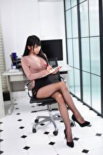 Обои Азиаты Брюнетки Секретарша Сидит Ног Юбки Блузка Туфли Офис молодые женщины