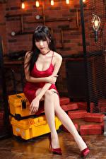 Фотографии Азиаты Брюнетка Сидит Платья Ног Смотрят молодая женщина