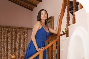 Картинки Азиатка Брюнетки Платье Рука Смотрят Davon Kim