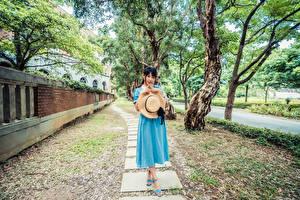 Фото Азиатки Платья Шляпа Смотрит молодая женщина