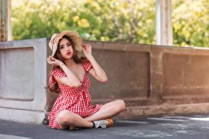 Фотография Азиатки Платье Шляпа Сидит Взгляд девушка