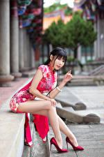 Картинка Азиатки Платье Сидит Ноги Туфлях Смотрит Красивый Девушки