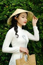 Обои Азиатка Сумка Брюнетки Шляпы Руки девушка