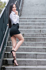 Обои Азиаты Поза Лестница Ноги Юбка Блузка Улыбка Взгляд Девушки картинки