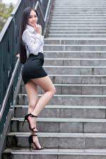 Фото Азиатка Позирует Лестница Ног Юбки Блузка Улыбка Смотрит молодые женщины