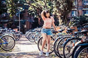 Фотографии Азиатка Шортах Футболке Велосипеды девушка