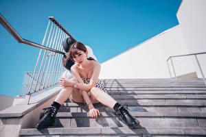 Обои Азиаты Лестница Сидит Ноги Взгляд