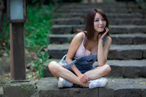Фото Азиатка Лестница Сидящие Поза Улыбка Смотрит девушка