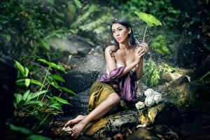 Фотографии Азиаты Камни Брюнеток С брызгами Сидя Боке Поза