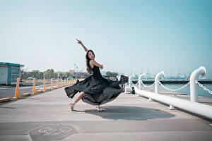 Картинка Азиатки Набережная Платья Танцы Балет девушка