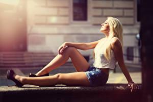 Фотографии Боке Блондинок Шорты Сидя Рука Ноги девушка
