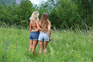 Фотография Cara Mell Вид сзади Траве Шорты Двое Объятие Ягодицы Stefani