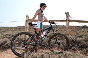 Фотография Elena Generi Велосипед Шлем Футболке Шорты Улыбка Коса