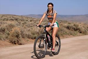 Фотографии Elena Generi Велосипед Шорты Футболка Косички Очков молодые женщины