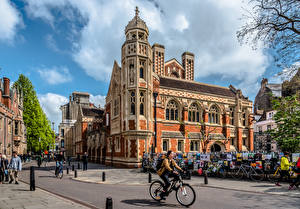 Картинка Англия Здания Люди Улице Велосипед Old Divinity School, Cambridge Города