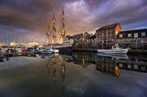 Картинки Англия Причалы Катера Корабль Дома Люди Набережная Plymouth Города