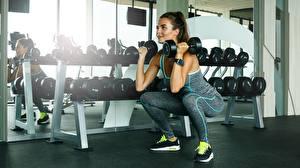 Картинка Фитнес Гантелей Приседания Физическое упражнение Спортзале молодая женщина Спорт