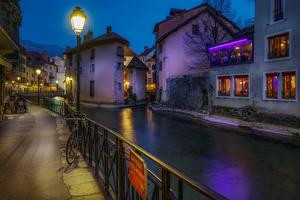 Обои Франция Вечер Здания Водный канал Набережная Уличные фонари Annecy