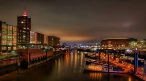 Фото Германия Гамбург Дома Речка Причалы Речные суда Ночные Уличные фонари
