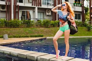 Фотографии Сумка Рыжих Бассейны Поза Ног Шорт Очках Смотрят молодые женщины