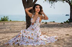 Фотография Платье Песке Сидящие Смотрят Позирует Isis Serano молодая женщина