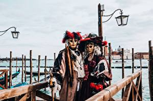 Фотографии Италия Маски Карнавал и маскарад Венеция Уличные фонари Шляпы Вдвоем