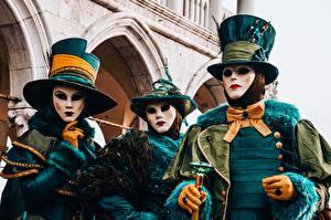 Картинки Италия Маски Карнавал и маскарад Венеция Трое 3 Шляпа Перчатках Кольца Галстук-бабочка