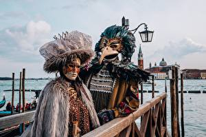 Фотографии Италия Маски Карнавал и маскарад Венеция Двое Уличные фонари Шляпе
