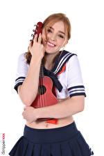 Обои Jia Lissa Музыкальные инструменты Униформа Гитара Шатенка Взгляд Улыбка Руки Юбка Объятие Школьницы Девушки картинки