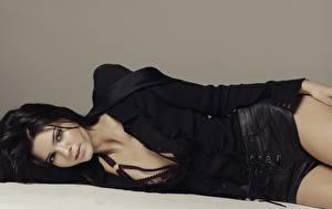 Фотографии Серый фон Брюнетка Лежит Шортах Смотрят Kendall Jenner Знаменитости Девушки
