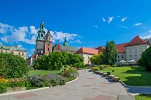 Обои для рабочего стола Краков Польша Собор Тропинка Скамейка Дизайн Cathedral Saints Stanislaus and Wenceslas город