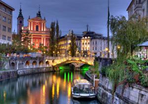 Фото Любляна Словения Речка Мост Речные суда В ночи Ljubljanica river город
