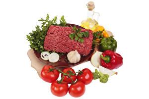Фотография Мясные продукты Чеснок Помидоры Лук репчатый Перец Масло Белым фоном minced meat